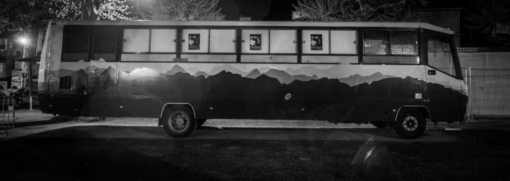 Le Bus - espace culturel extérieur de nuit